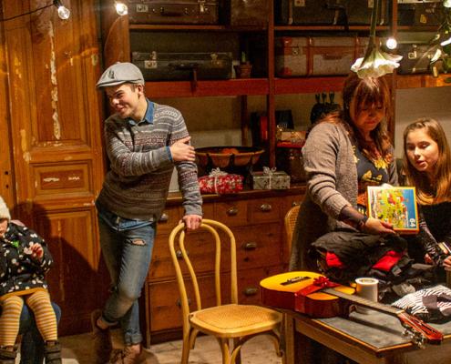 Simon med sin mamma Camilla och syster Ronja samt Jessica med sin dotter Michelle deltog vid julklappinslagningen