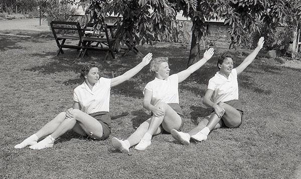 Gymnastiserande damer.  Foto: Egon Rangbo (1956)