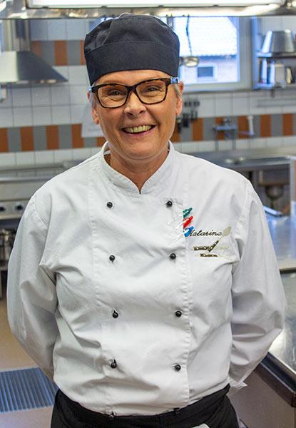 Katarina trivs med att  utbilda elever inom matlagning.